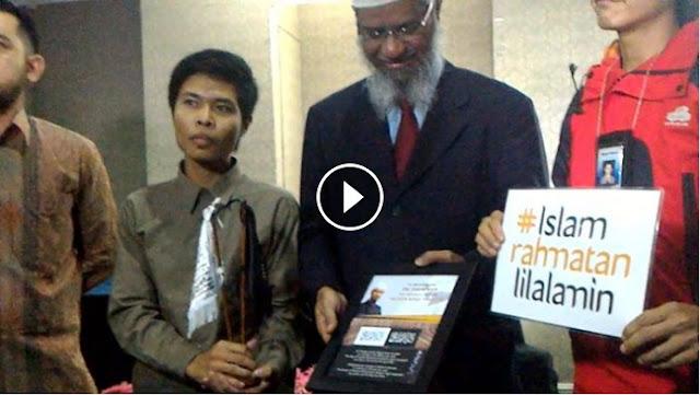 [Video] Momen Pemberian Hadiah Panji Rasulullah Oleh Aktivis HTI Pada DR. Dzakir Naik