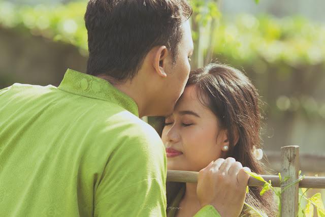 pose prewedding romantis yang berlokasi di sawah yogyakarta