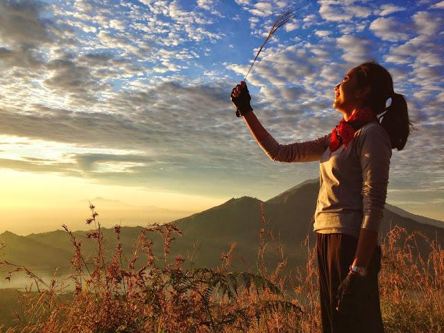 foto pose keren di gunung batur untuk cewek