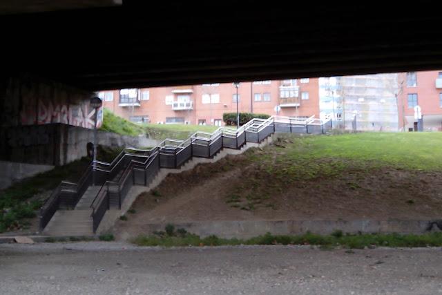 Escaleras bajo la A8 que comunican la carretera que rodea a BEC! con Retuerto y Cruces