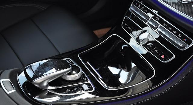 Tựa tay Mercedes E300 AMG 2018 được thiết kế bắt mắt với nhiều tiện ích bên trên