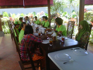 Group-lunch-Bali