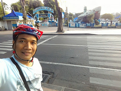 Selfie di depan Monumen Kapal Selam Surabaya.