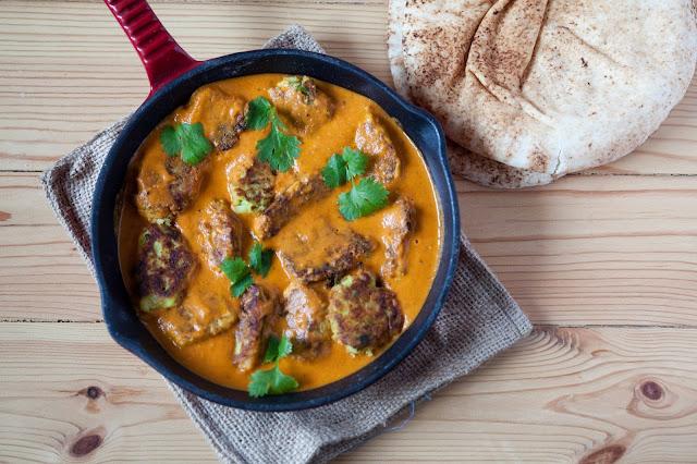 Pulpety z cukinii i ziemniaków w pomidorowo-kokosowym sosie curry