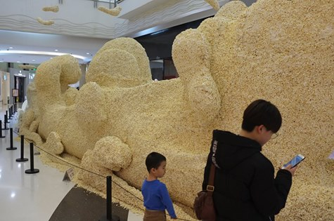 Art installation made of popcorn keeps visitors' mouths watering