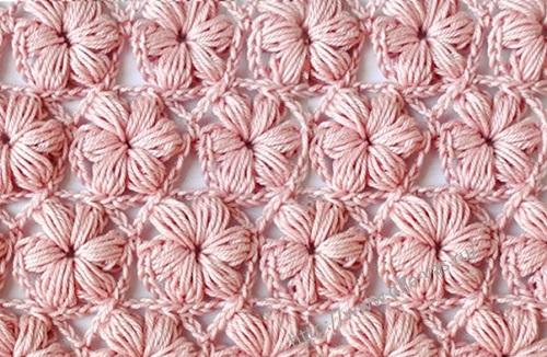 Узор - цветочки из пышных столбиков связанный крючком.