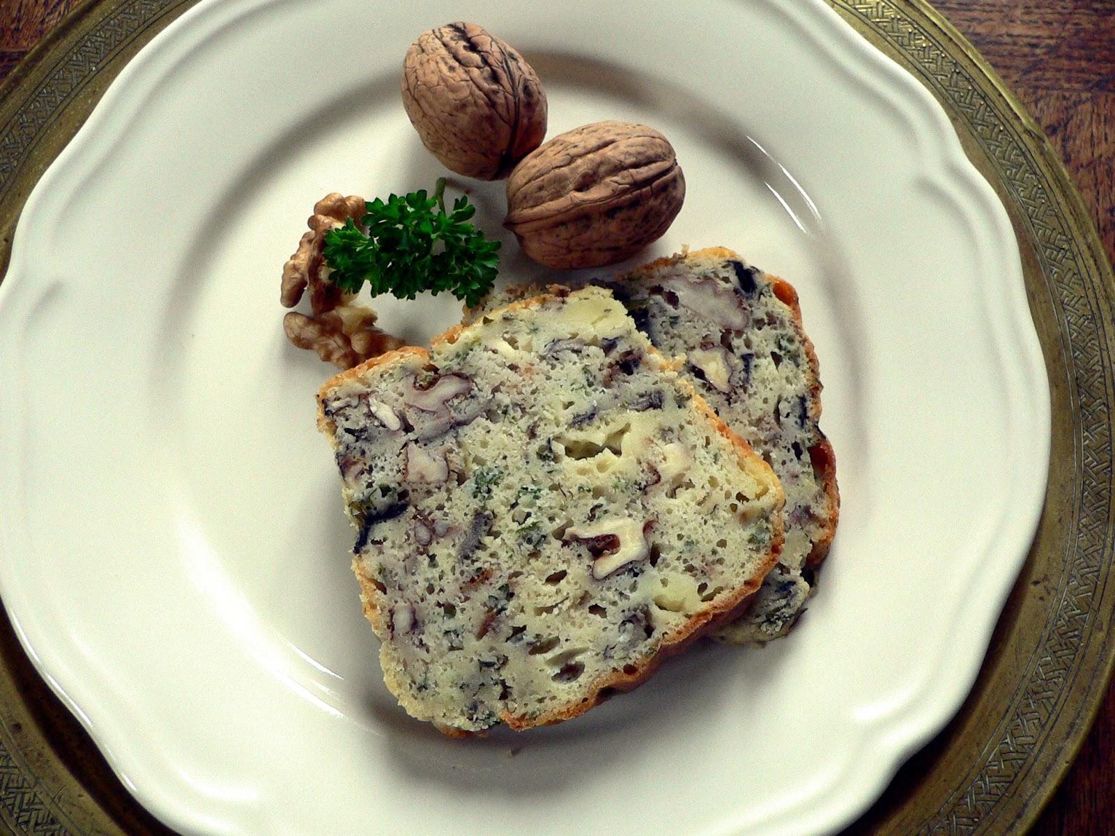 Vegetarische hartige cake met champignons en walnoten