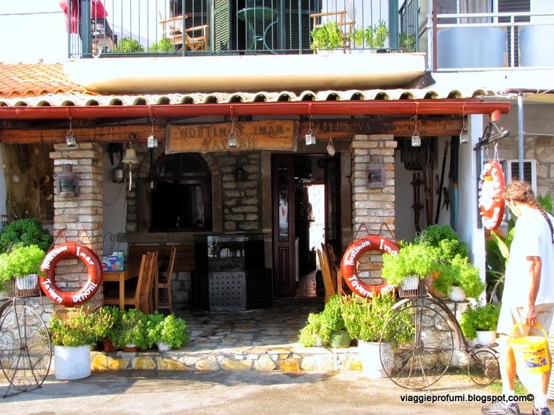 Babis davanti alla sua taverna a Othonì, isole Diapontie