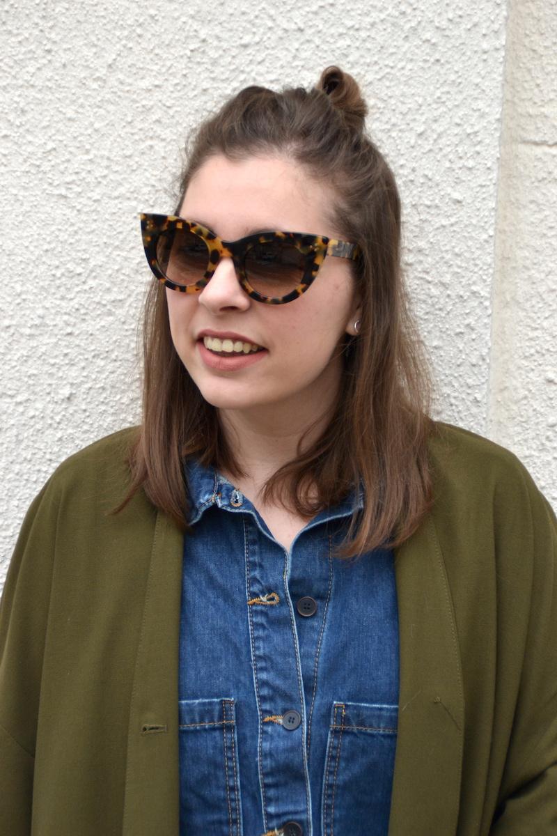 Combishort en jean Pimkie, Blazer American Vintage, sneackers André, lunette de soleil jimmy Fairly, manchette Bleu Lapis