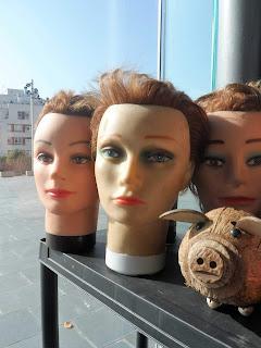 Cabezas de maniquies vintage en la feria de antiguedades de Logroño