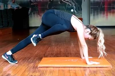 Rodillazo lateral con apoyo de brazos para ejercitar los músculos oblicuos