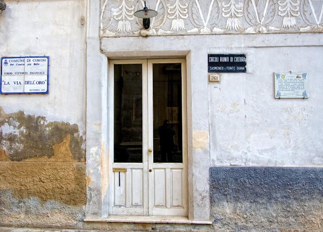 """L'ingresso del circolo culturale """"Casmeneo"""""""
