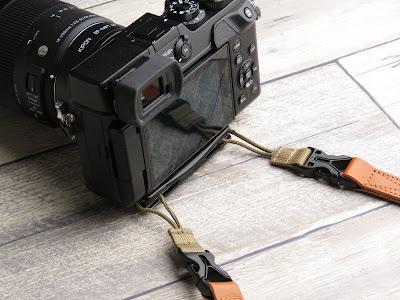 カメラ底部に取り付けることで改善したカメラストラップの位置