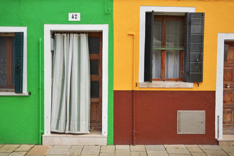 Détail d'une porte colorée avec un rideau à Burano