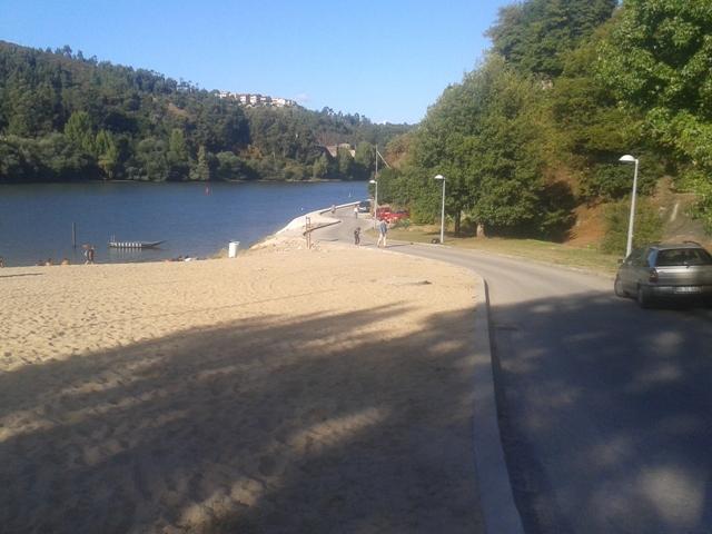 Estrada acesso á praia fluvial