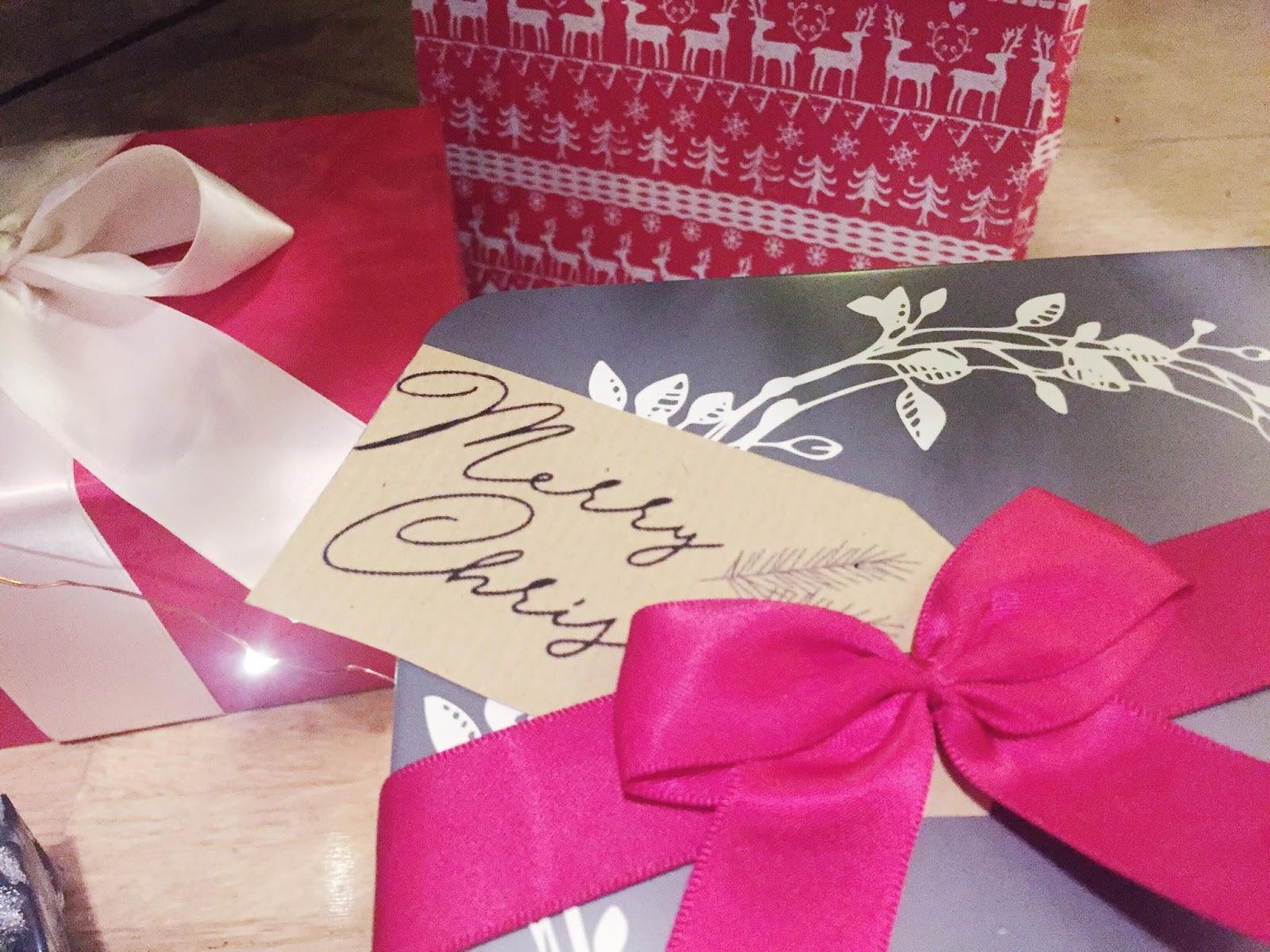 Christmas Gift Tags - FREE Printable | It\'s Sarah Ann