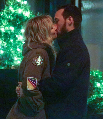 kate-hudson-kisses-new-beau-for-10-minutes-in-public