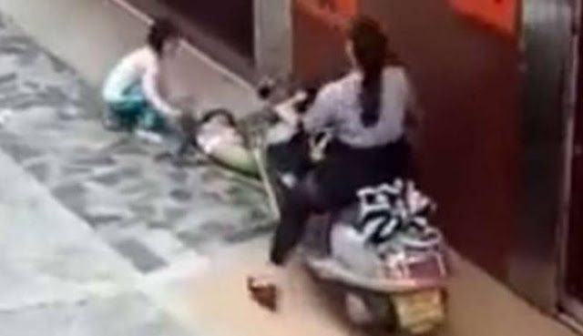 Hebohkan Netizen Sengaja Dilindas Motor! Video Penyiksaan Terhadap Anak Ini Sungguh Menyayat Hati.