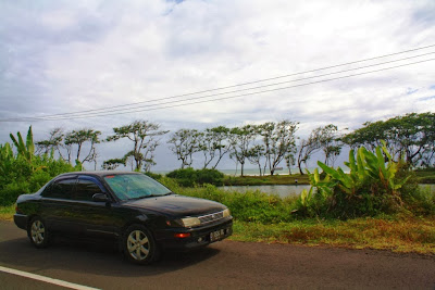 Spot fotografi selfie bersama mobil di pinggir Pantai Selatan Jawa Barat.