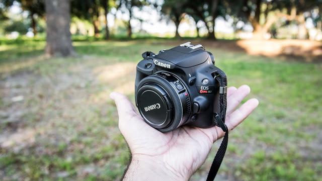 Kamera DSLR Tekecil dan teringan di dunia dinobatkan kepada Canon EOS 100D (Rebel SL1). Kamera ini hanya memiliki berat 407 gram namun dibekali dengan beberapa fitur atau memiliki spesifikasi yang cukup mumpuni, diantaranya adalah Sensor CMOS 18 MP, Processor Digic 5, HD Video 1080p. Kamera ini dibandrol dengan harga kisaran Rp 6 - 7 juta.
