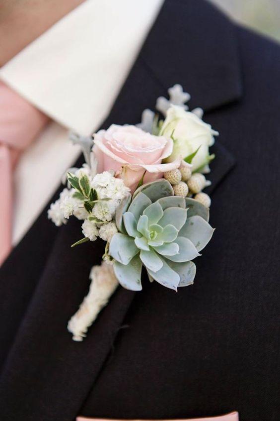 Decoración floral para el traje del novio en paniculata y rosa