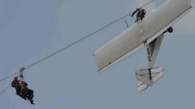 طائرة تصطدم بأسلاك الكهرباء