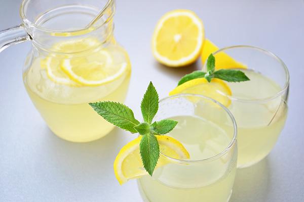 عشرة فوائد عظيمة للجسم عند شرب كوب من عصير الليمون الدافئ على معدة فارغة