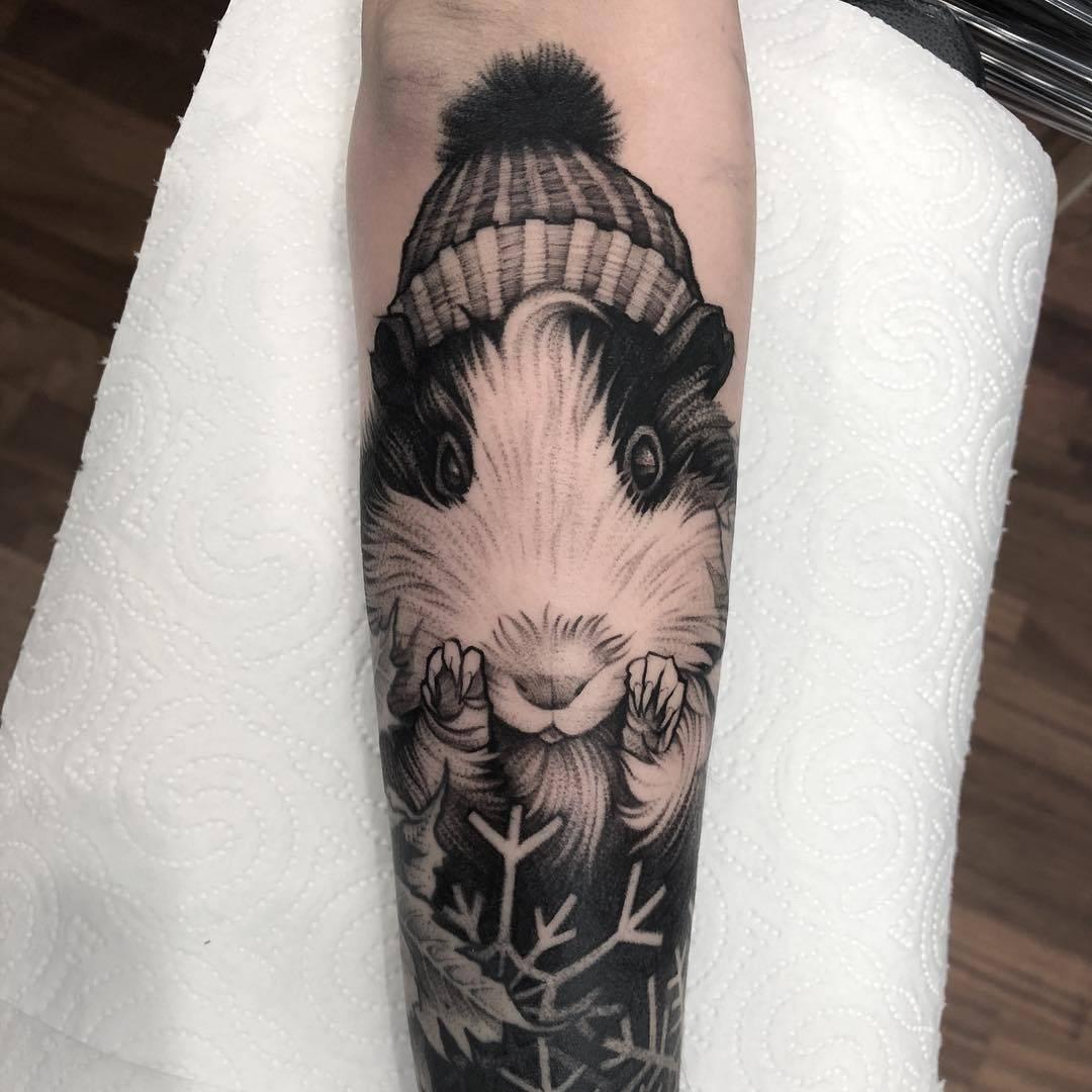 Vemos un tatuaje en blanco y negro de conejito
