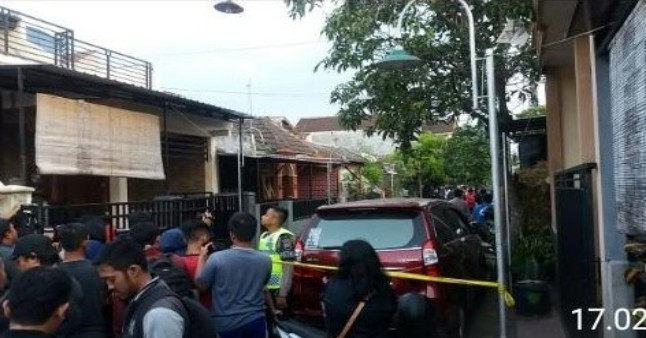 "Indikatormalang.com -  Sebuah rumah yang terletak di jalan Jalan Kapi Sraba Sawojajar II Blok H Pakis Kabupaten Malang di datangi satuan Densus 88. Rumah yang diketahui dihuni oleh Ar (50) dan SR (49) digrebek sekitar pukul 14.00 sore, Senin (14/5/18).  Berdasarkan informasi yang dihimpun oleh Indikator Malang, dugaan penggerebekan dilakukan terkait sejumlah teror yang terjadi di Kota Surabaya pada hari sebelumnya, Minggu (13/5/18).  Berdasarkan pantauan dilapangan, sejumlah garis polisi sudah dipasang disekitar rumah terduga jaringan teroris yang melakukan pengeboman di sejumlah lokasi di Kota Surabaya.  ""Kami hanya diminta membantu Densus 88, untuk pastinya apa yang dicari masih belum tahu"" ungkap salah satu petugas kepada Indikator Malang.  Densus 88 melakukan penggeledahan hingga pukul 17.00 wib. Polisi juga mengerahkan satuan  anjing pelacak untuk mencari sejumlah barang bukti.  Hingga berita  ini ditulis, belum ada keterangan resmi dari pihak kepolisianan terkait penggerebekan ini. Namun berdasarkan keterangan dari beberapa warga yang menyaksikan proses penggrebekan. AR sang pemilik rumah sudah dibawa  Polisi. Terduga dikawal sejumlah pasukan Brimob tanpa tangan diborgol.  ""Saya melihat beberapa petugas membawa semacam dokumen dan buku dari dalam rumah AR"" ungkap Rosi salah satu warga yang menyaksikan penggrebegan."