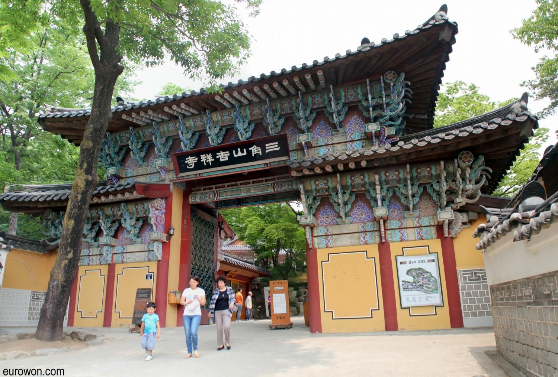 Puerta de entrada al templo Gilsangsa de Seúl