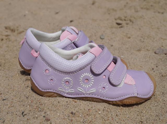 Mit tollen Kinderschuhen am Strand unterwegs (+ Verlosung)! Hier: Zart lila Sommer-Sneaker mit süßen Blumen-Stickereien für kleine Mädchen.