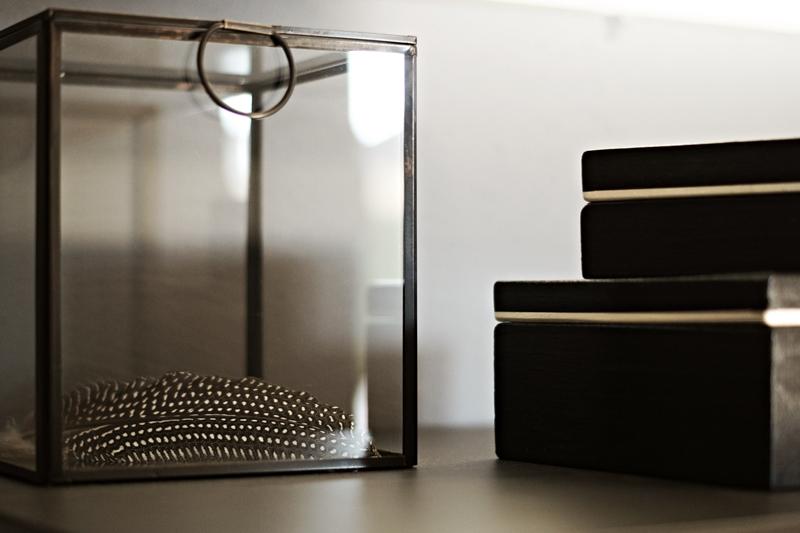 Blog + Fotografie by its me - Rooming Flur, Glaskasten mit Perlhuhnfeder und schwarze Lackboxen