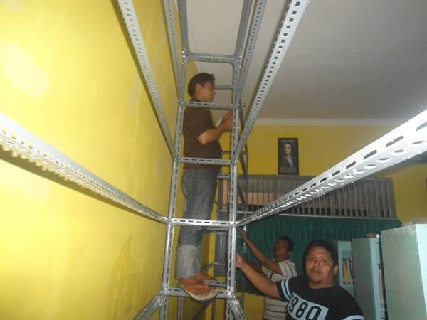 pemasangan rak dinding