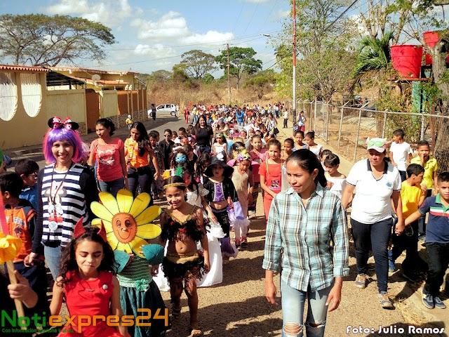 Estudiantes de la escuela 12 de Octubre, inició el carnaval con coloridos disfraces + (FOTOS)