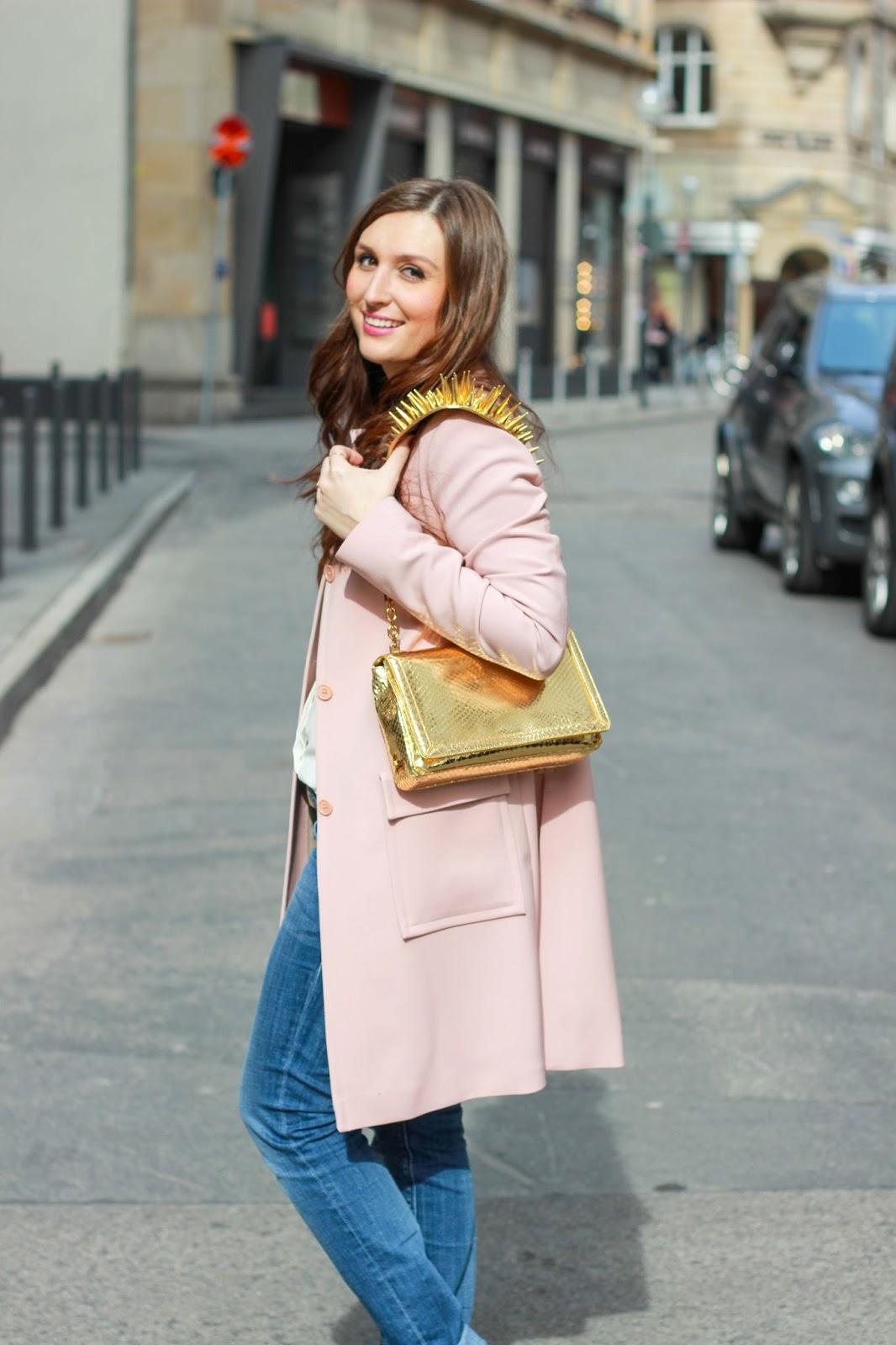 Rosa Ysl Mantel Und Goldene Louboutin Tasche