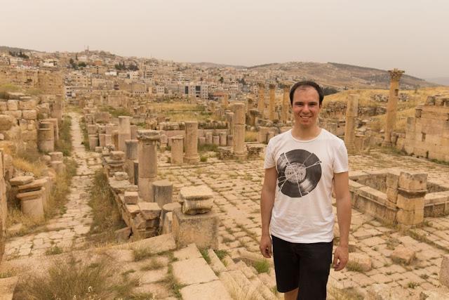 Alber en las ruinas de la Catedral de Jerash