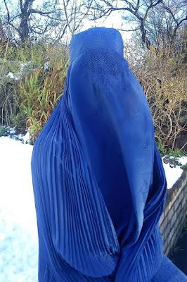 wanita cadar biru 6.  Burqa  Arti Burqa - Hampir sama dengan Niqab, Burqa juga merupakan pakaian yang digunakan untuk menutupi seluruh badan, kepala, wajah, leher dan dada, bahkan lebih jauh