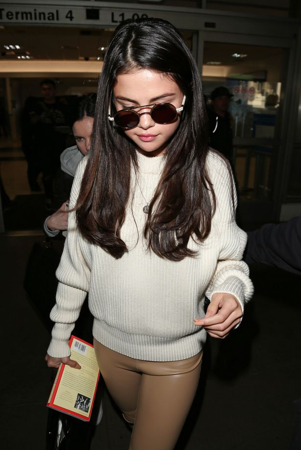 Selena-Gomez-arrives-at-LAX-Airport