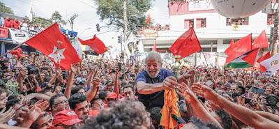 Lula nos braços do povo