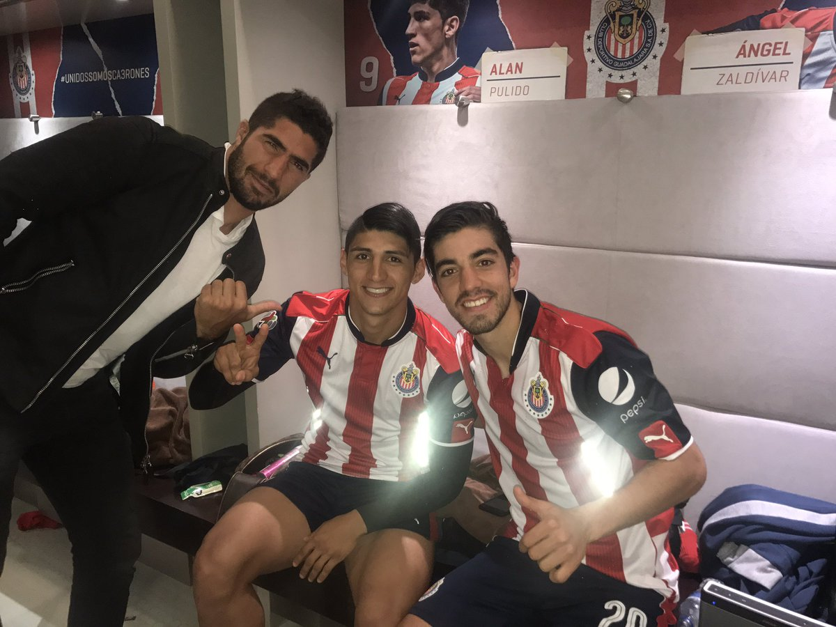 El capitán del equipo, Jair Pereira, posa con Pizarro y Pulido.