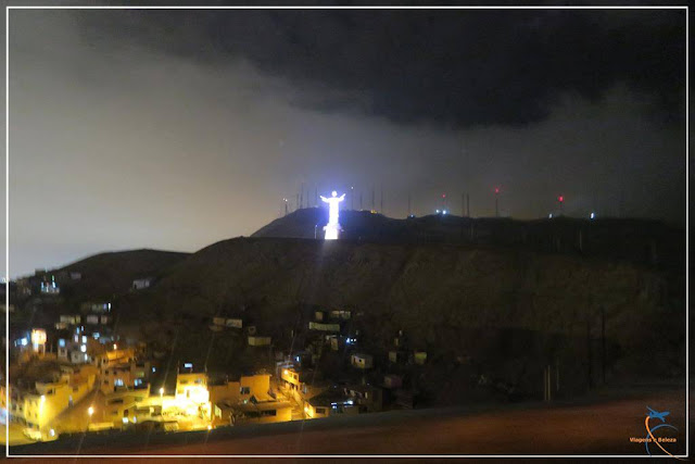 Cristo Blanco iluminado em Lima