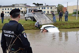 Guarda Municipal de Porto Alegre (RS) salva condutora que caiu em arroio na zona Sul
