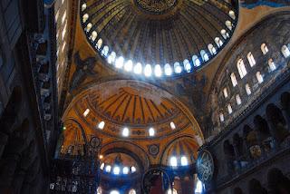 Vue de la nef depuis la galerie supérieure qu'occupaient les fidèles lorsque le sultan priait seul en bas. Tout l'étage est cintré d'un parapet en marbre