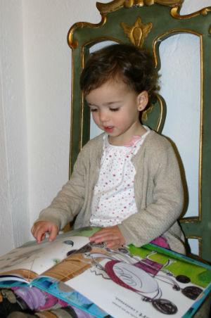 libros infantiles, niña leyendo cuento, fomento lectura