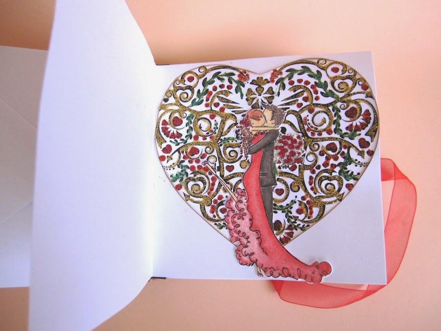 paso 12 tutorial mini-álbum scrapbook, cómo pegar la tarjeta de felicitación para que haga de portada trasera con cinta de raso para cerrar con lazo