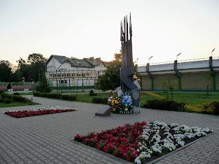 Лунинець. Вул. Радянська. Військовий меморіал