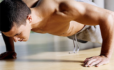 latihan push up [image by www.seputarfitness.com]