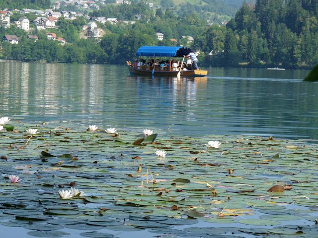 Foto de la Barca o góndola para acceder a la isla del lago Bled. Ruta en autocaravana por Eslovenia | caravaneros.com