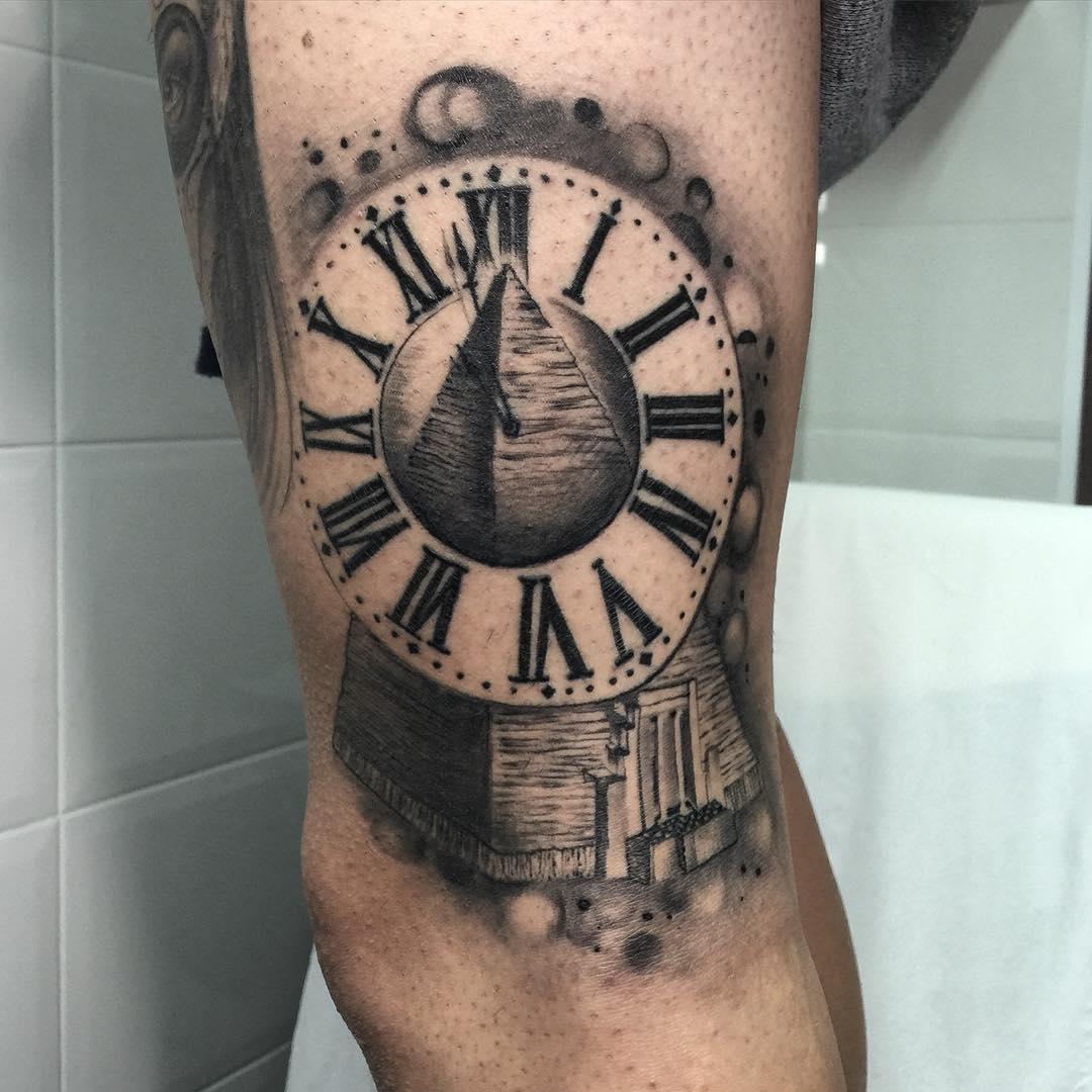 Pirámide de diseño de tatuaje con reloj