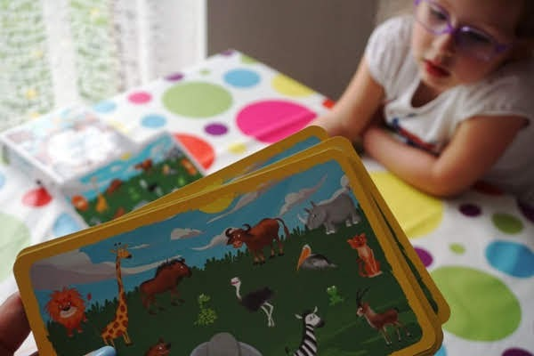 przedszkolaki grają w grę dla dzieci - znajdź mnie - zielona sowa